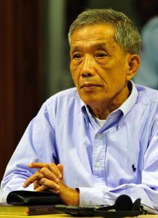 CAMBODGE Tribunal khmer rouge: Duch demande pardon à son procès, avec sérieux et froideur